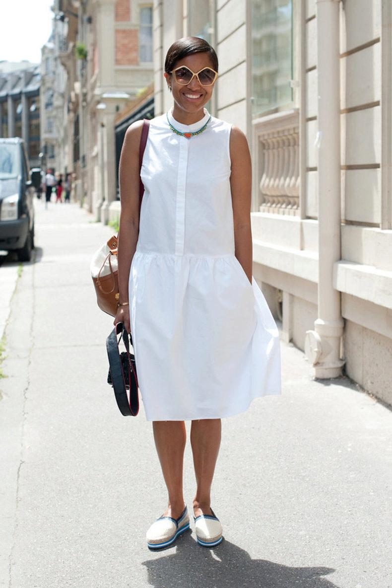 Белое платье со слипонами: фото стильного образа