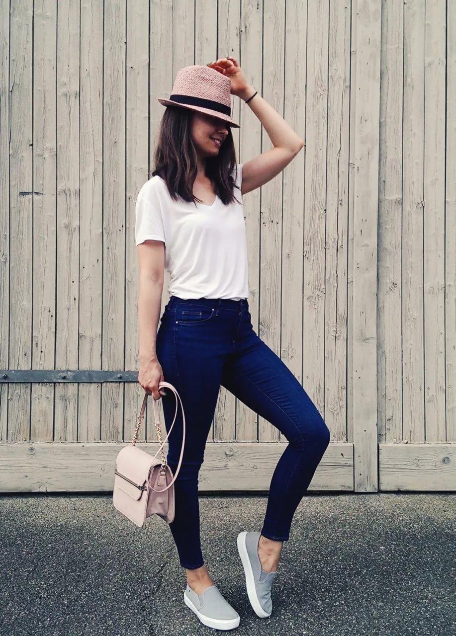 Модные слипоны с джинсами и футболкой