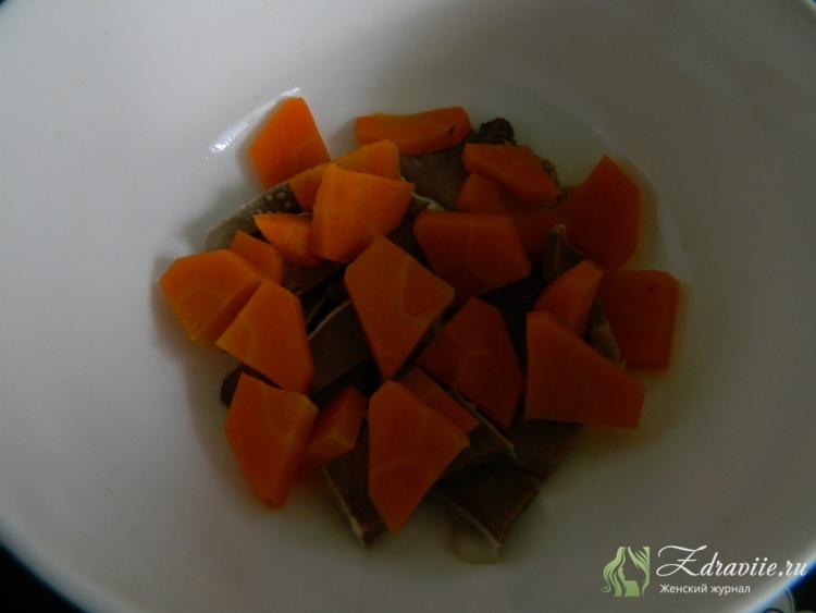 выкладываем морковку, по желанию зеленый горошек и любые другие овощи