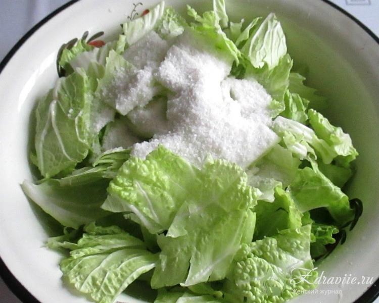 В посуду положить листья салата и насыпать соль