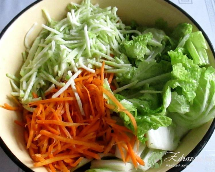 Капусту отжать, добавить к остальным овощам