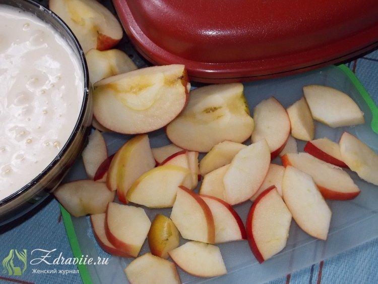 Яблоки вымойте, извлеките сердцевину с семенами и порежьте дольками