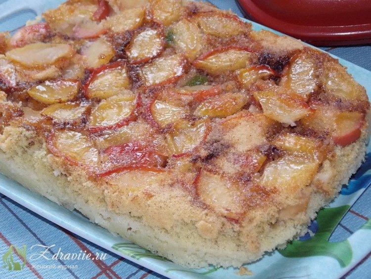 Извлечь пирог из сковороды, уложить на поднос или блюдо