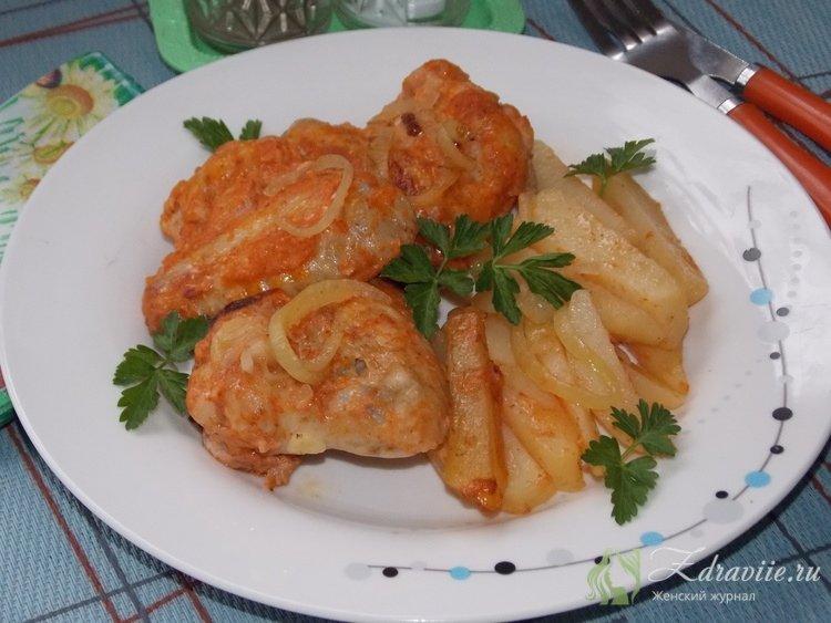 Куриные крылышки с картофелем и луком на двухсторонней сковороде
