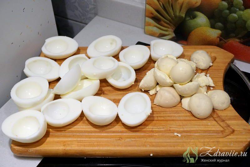 Яйца очистить от скорлупы и разрезать на половинки