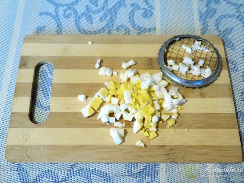 С помощью яйцерезки измельчаем вареные яйца