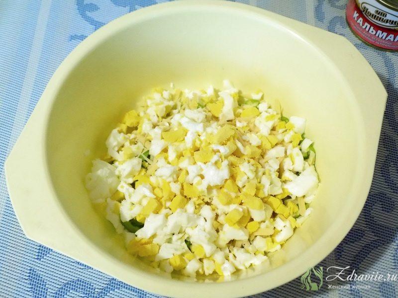 Яйца пересыпаем к сыру и перцу в миску