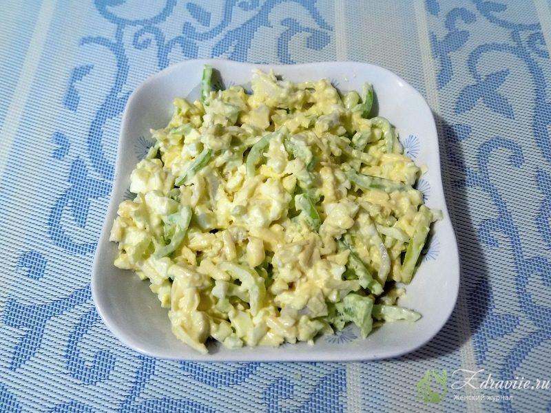 Перекладываем салат с консервированным кальмаром в салатник