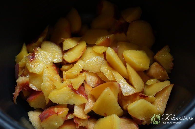 Выложить персиких на дно чаши мультиварки
