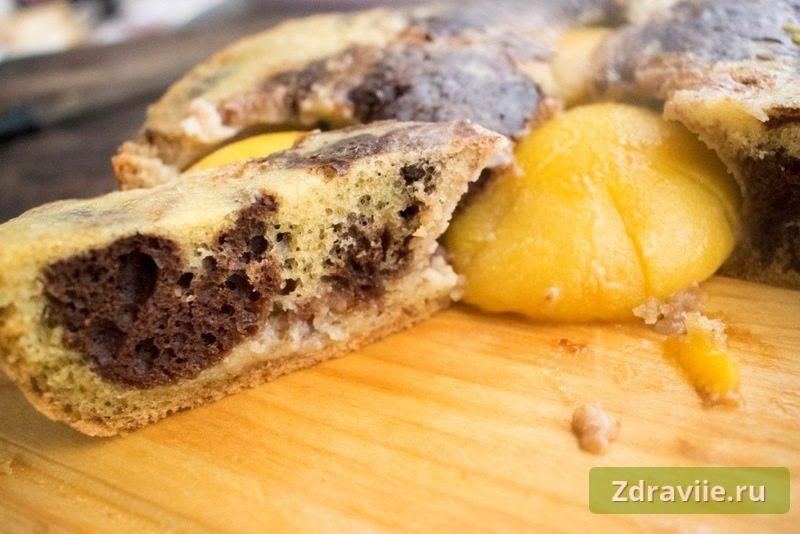 Пирог с консервированными персиками в мультиварке