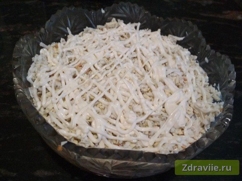 Выложить слой нарезанными яйцами и залить майонезом
