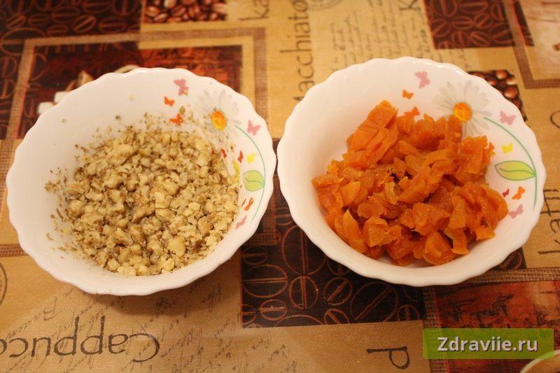 Подготовить курагу и грецкие орехи