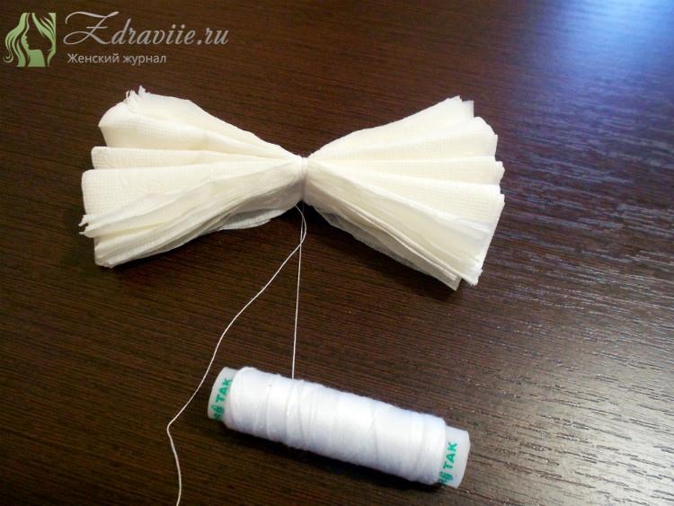 посередине бумажную гармошку обматываем ниткой, закрепляем узилком