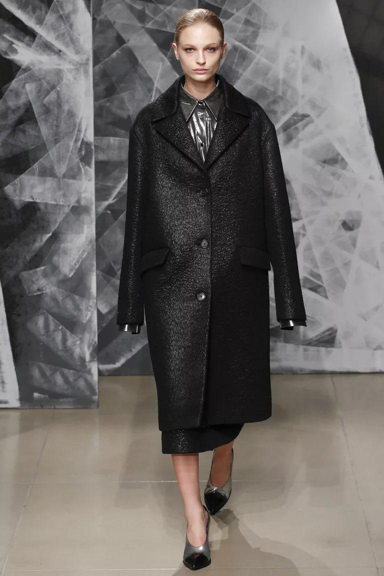 Стиль оверсайз: модное черное пальто