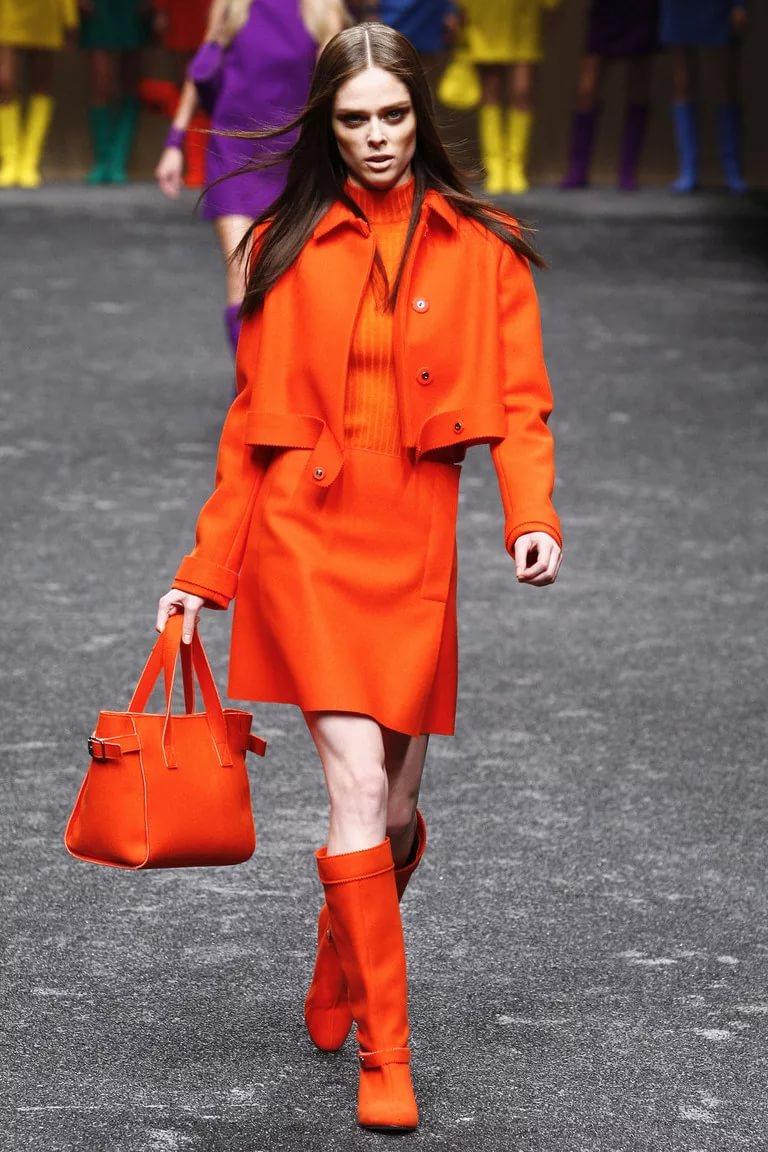 Яркий мандариновый оттенок одежды