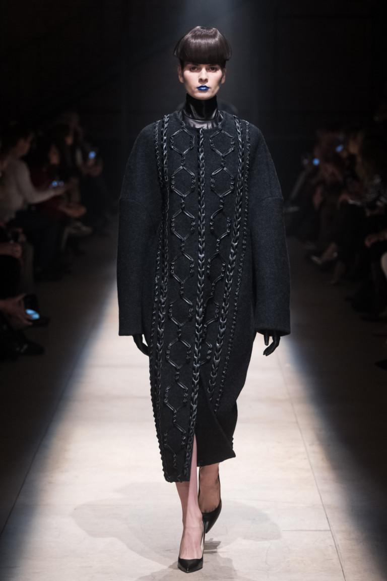 Трендовое пальто в черном цвете
