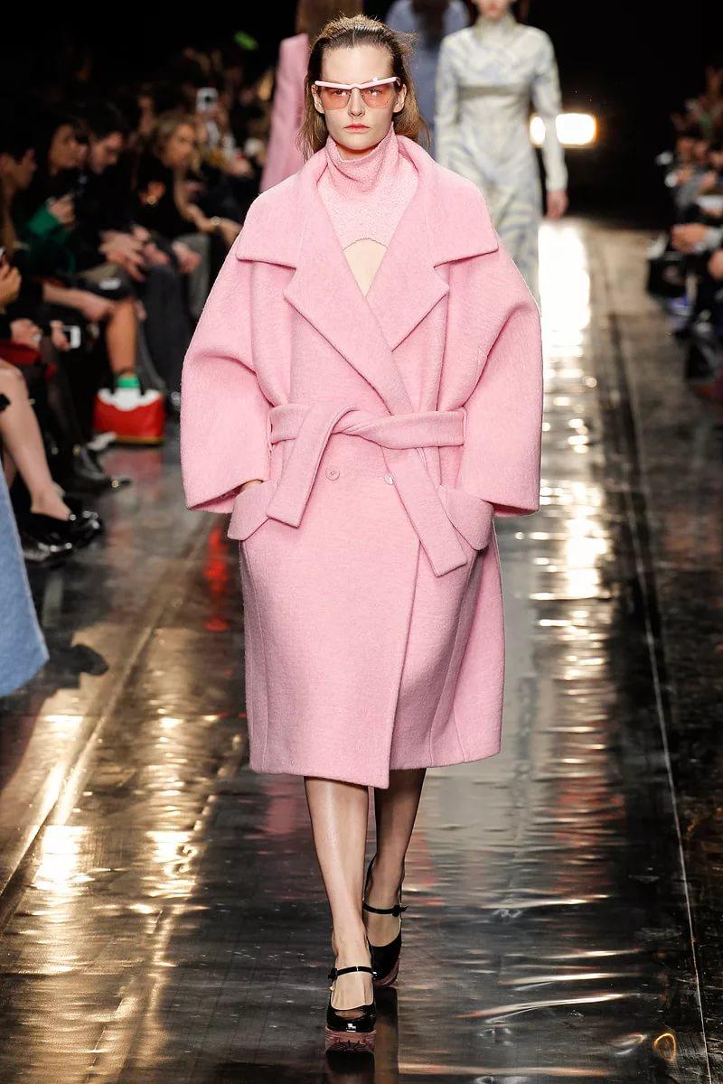 Трендовое бледно-розовое пальто