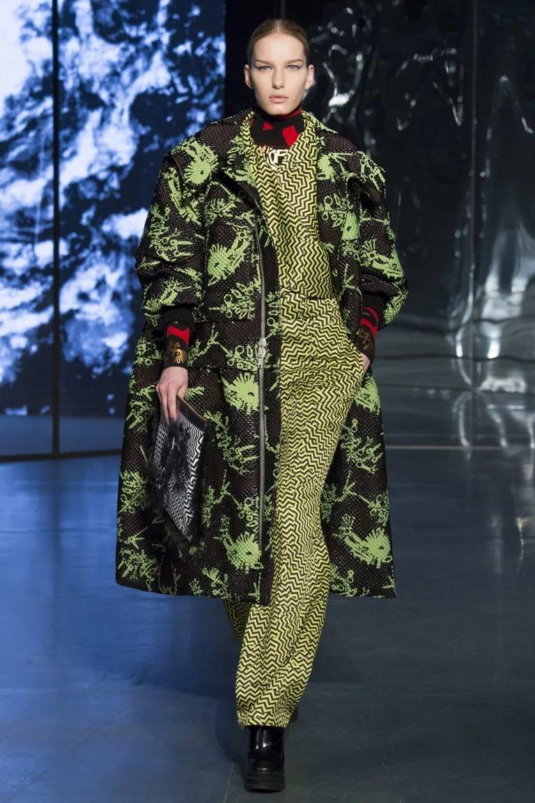 Яркое пальто в стиле оверсайз