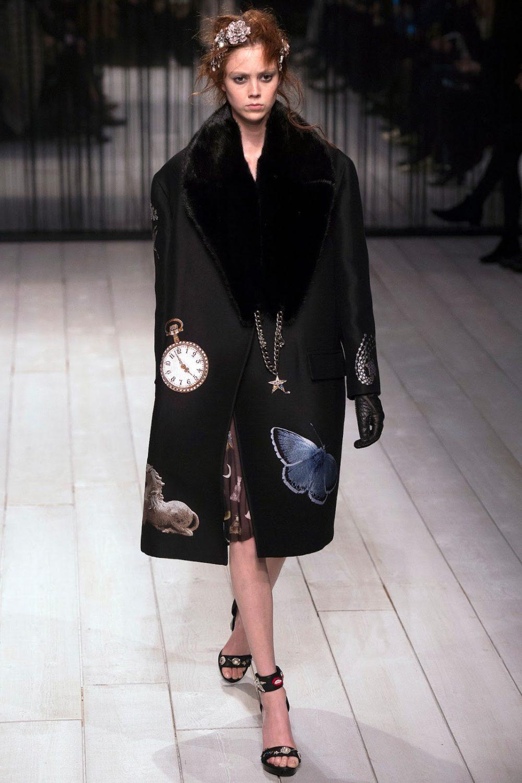 Стильное пальто оверсайз с декором