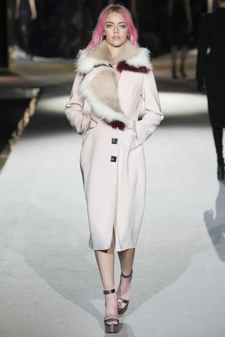 Белое пальто с меховым воротником