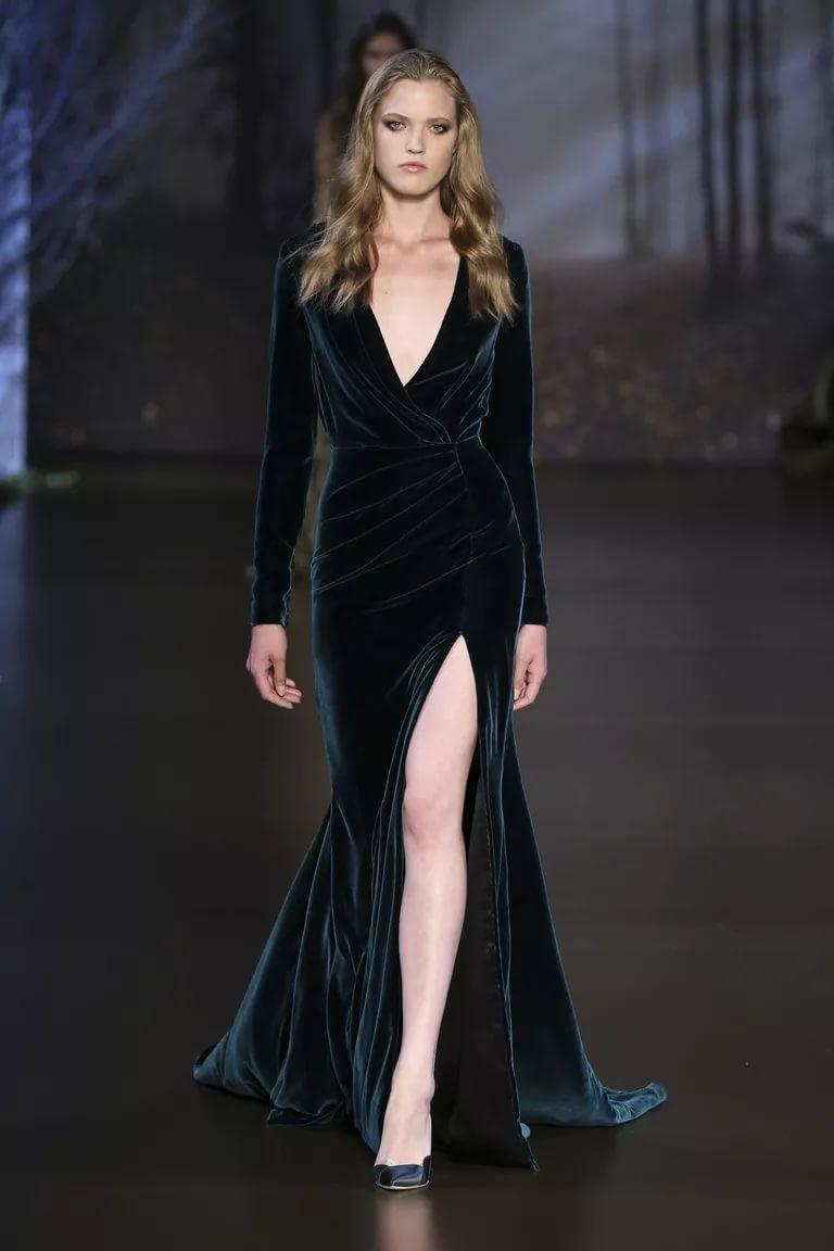 Стильное платье с декольте