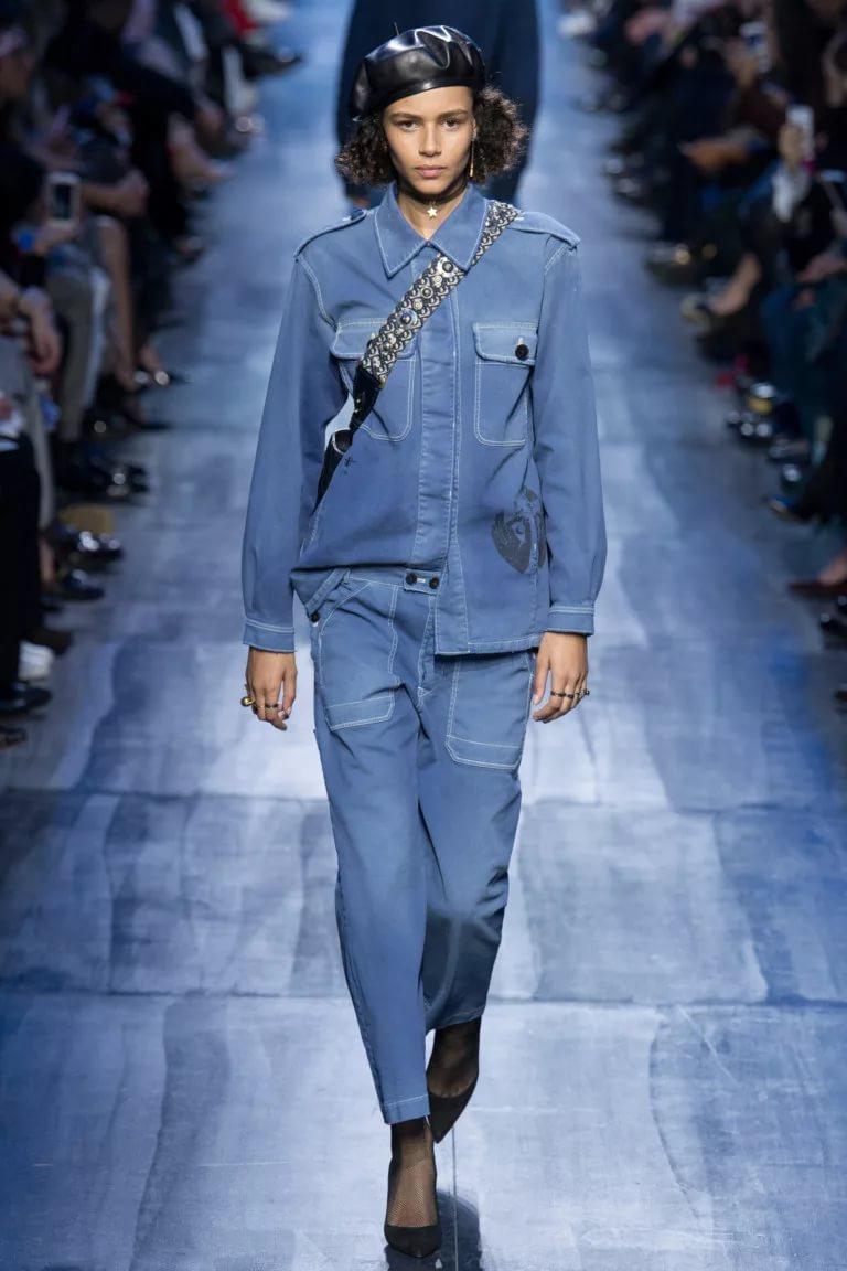 Синий джинс: создание модного лука
