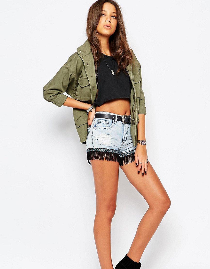 джинсовые шорты с бахромой - мода летнего сезона
