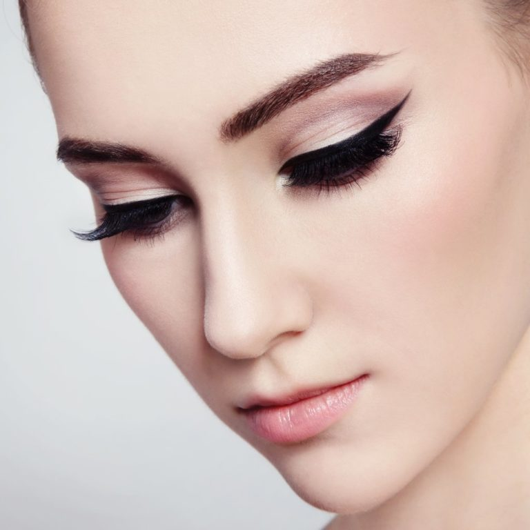 нюдовый макияж на выпускной со стрелками