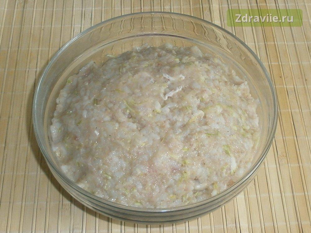 Перемешать рис с кабачком