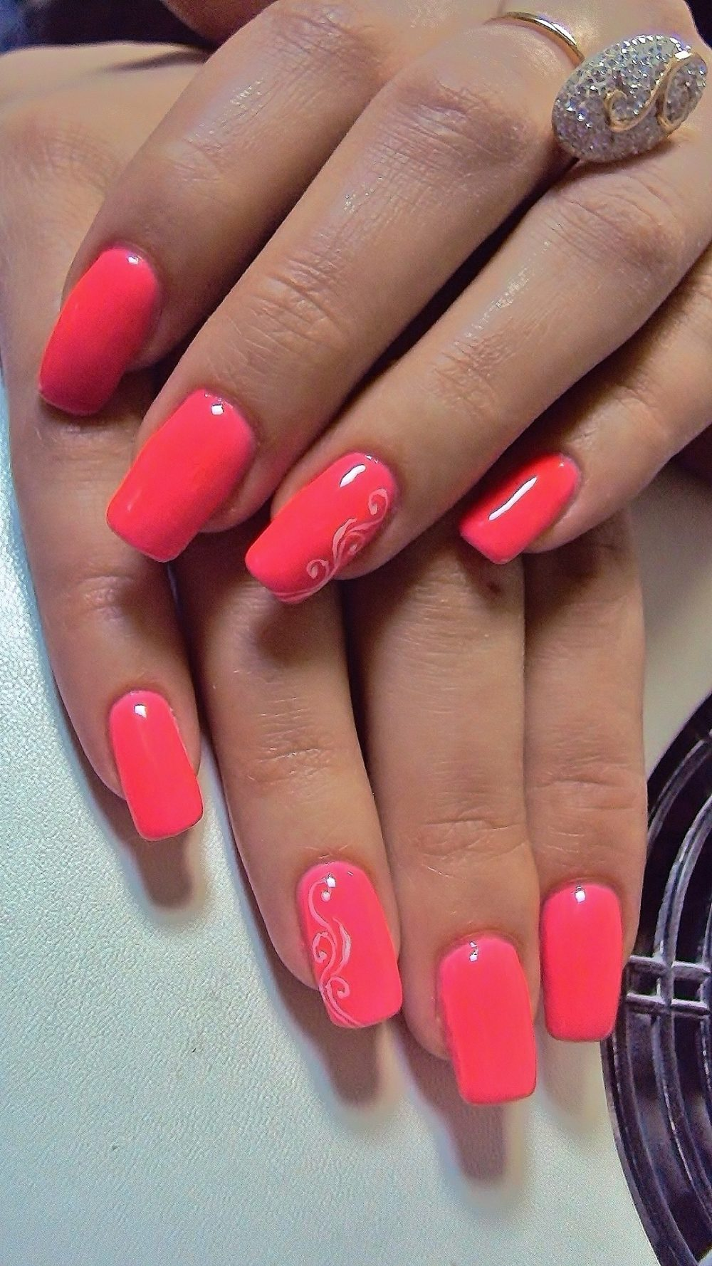 модный летом ярко-коралловый лак для ногтей