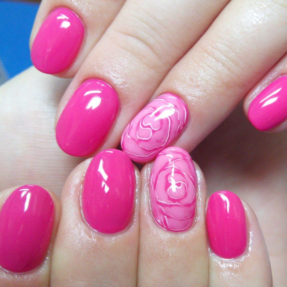 стильный для лета ярко-розовый оттенок лака