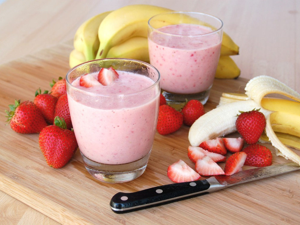 бананово-ягодный летний коктейль