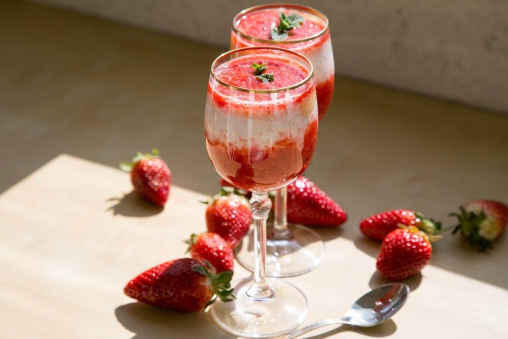 вкусный коктейль с йогуртом и клубникой