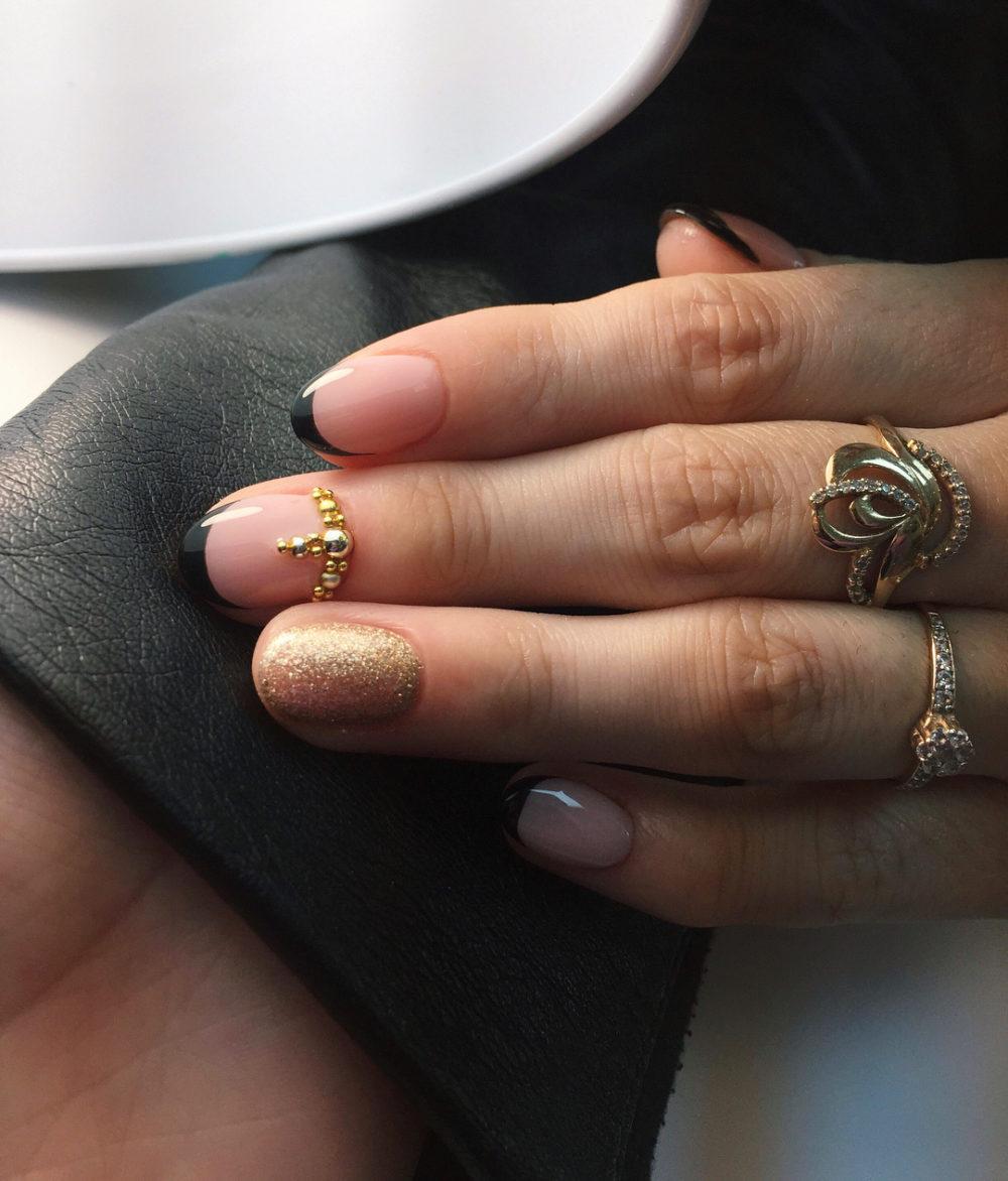 стильный черный френч для коротких ногтей
