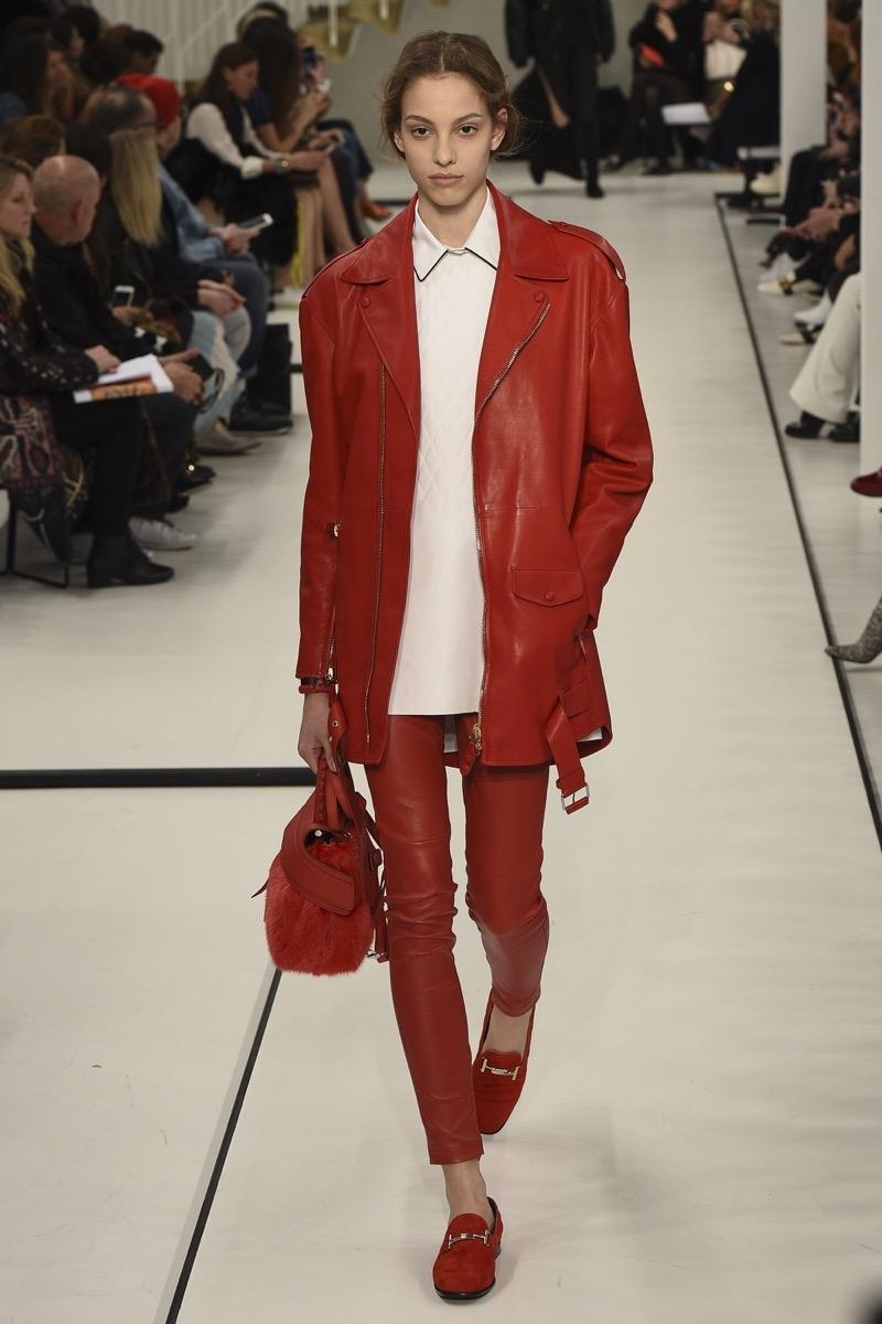 стильный вариант кожаной куртки в стиле оверсайз на осень