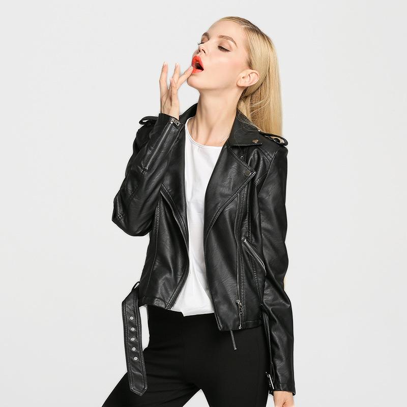 куртка на осень из кожи с металлическим декором