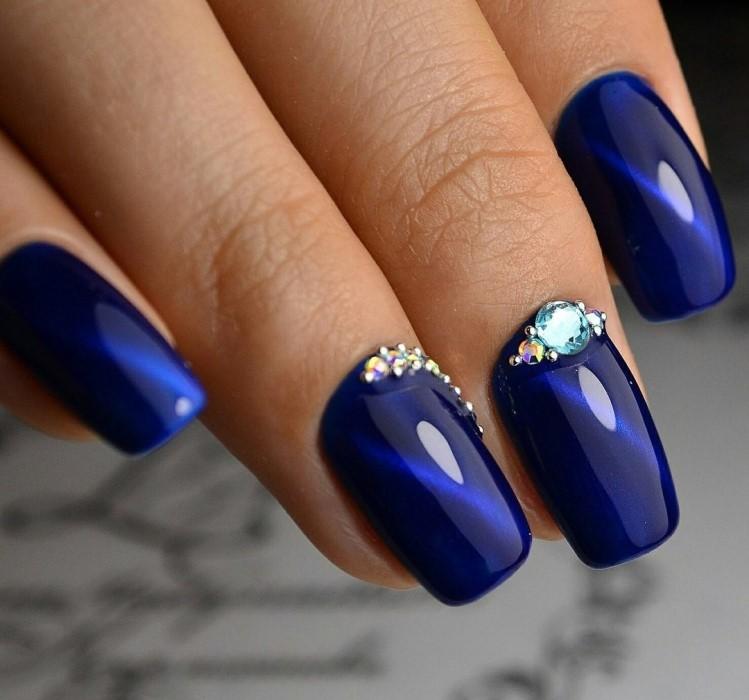 модный маникюр кошачий глаз в синем цвете с камнями