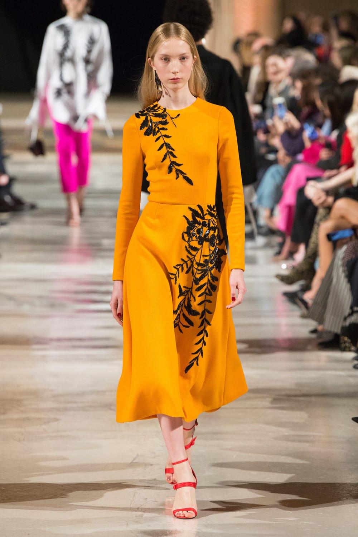 модное яркое платье на осень