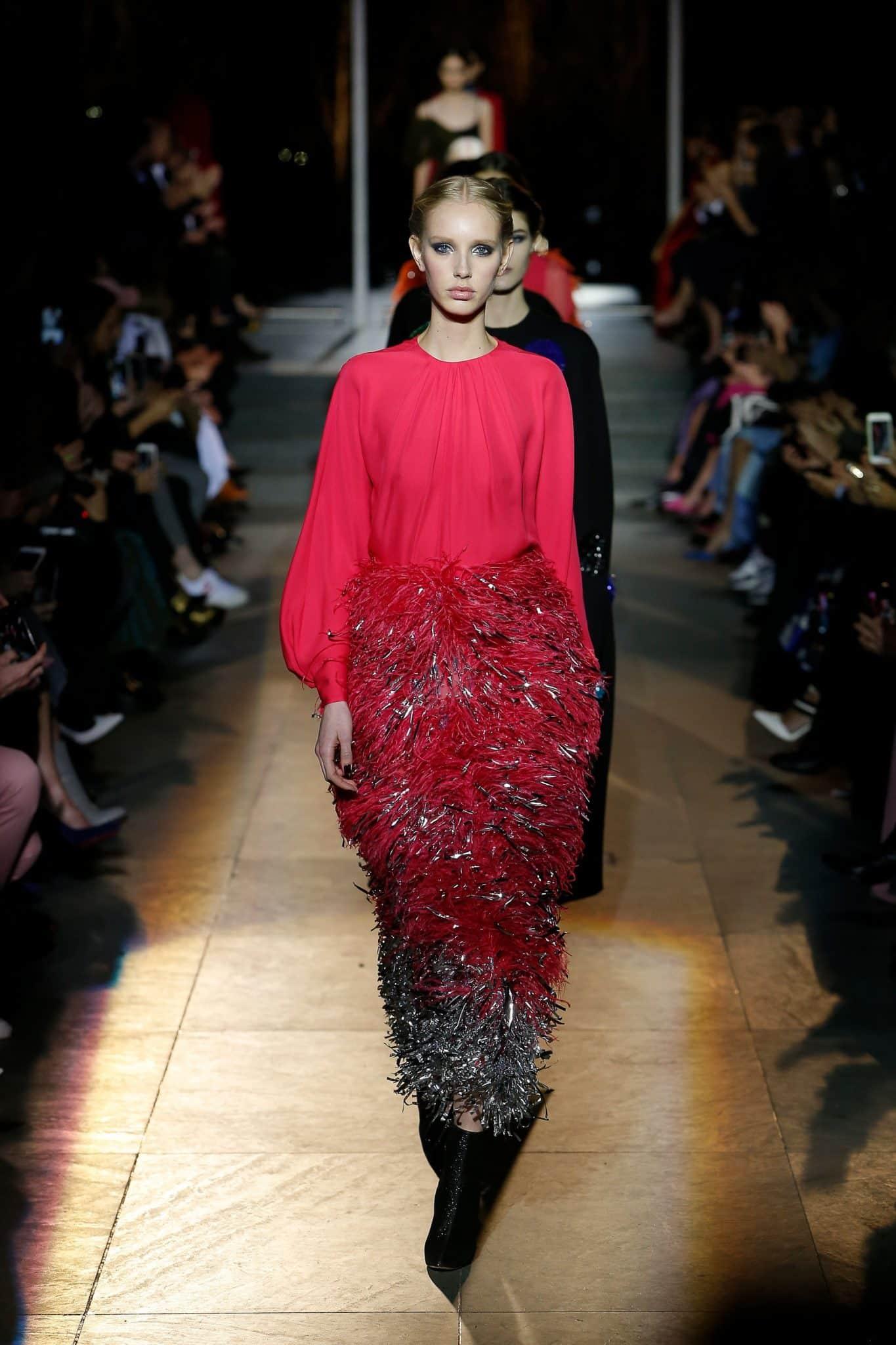 стильное шелковое платье с перьями