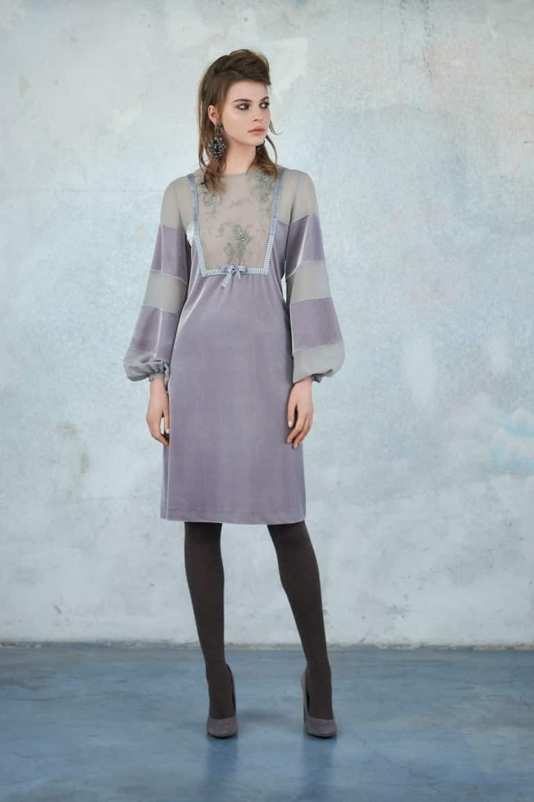 модное серое платье до колен
