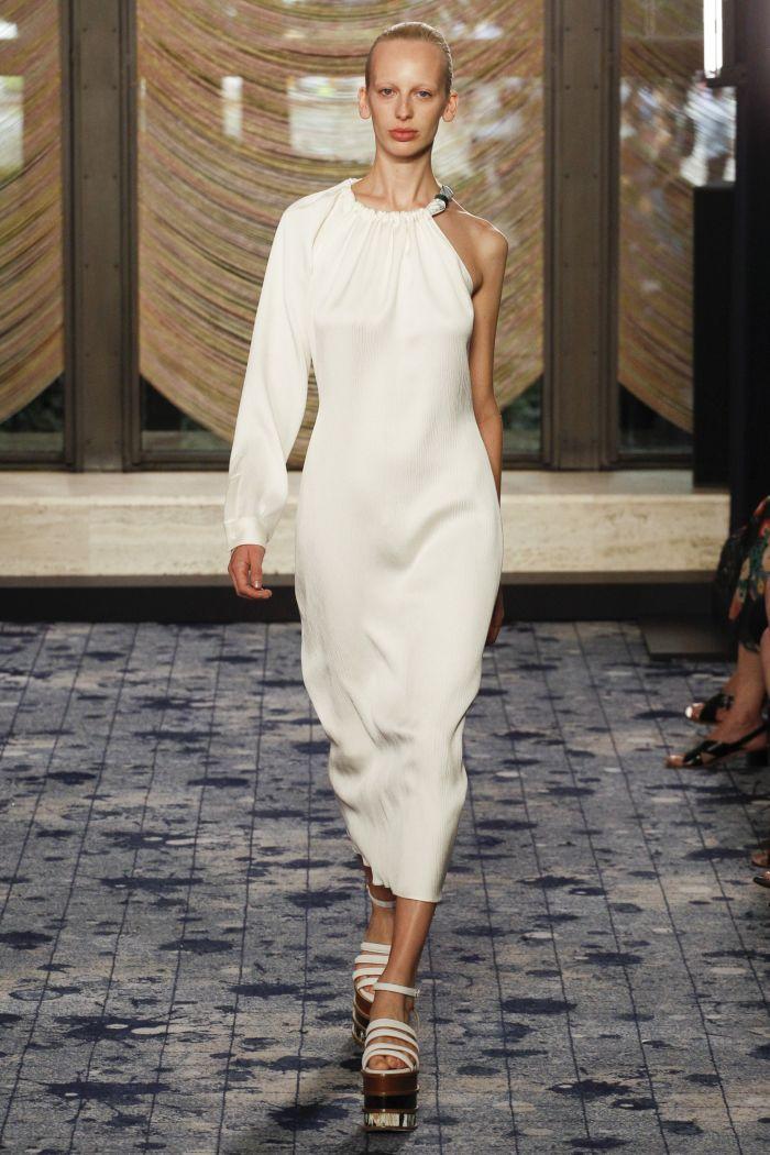 белое платье с открытым плечом
