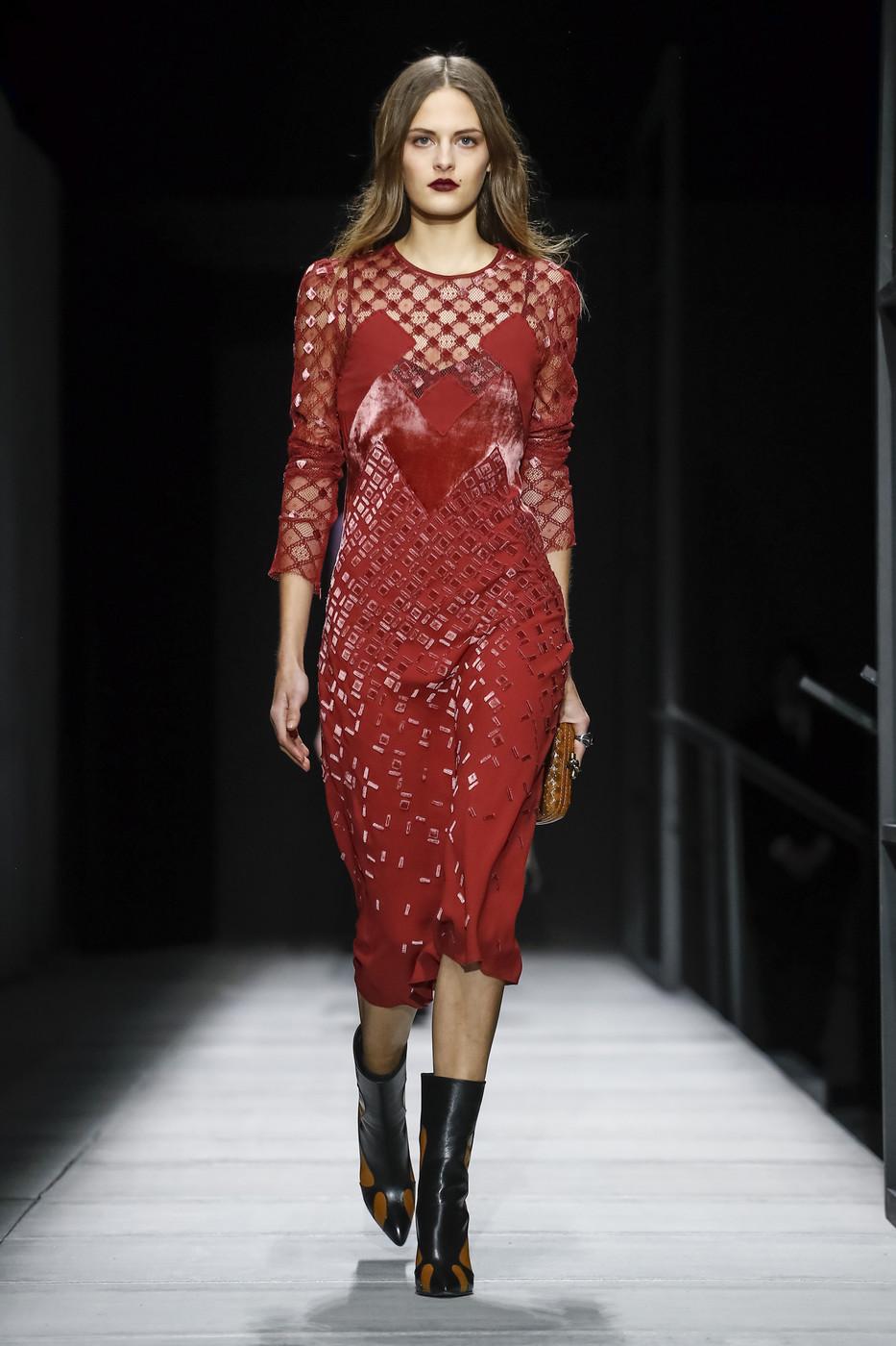 стильное красное платье длина миди