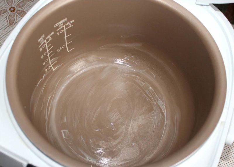 Чашу мультиварки смазать сливочным маслом