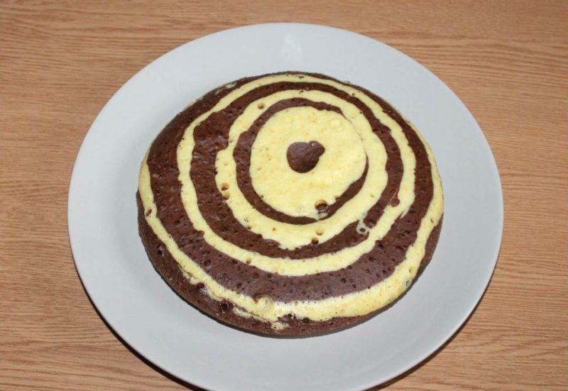 Готовый бисквит выложить на тарелку и остудить