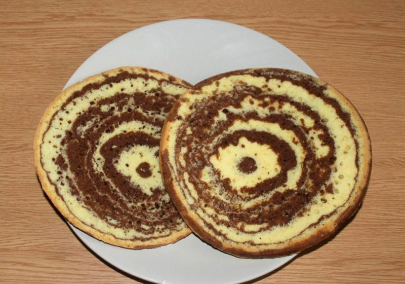 Разрезать бисквит на два коржа