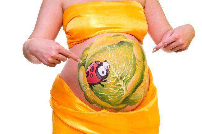 яркий рисунок на животе беременной женщины