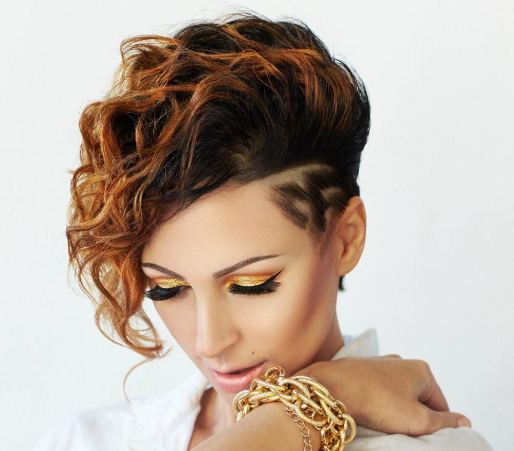 стрижка на кучерявые волосы с выбритым виском