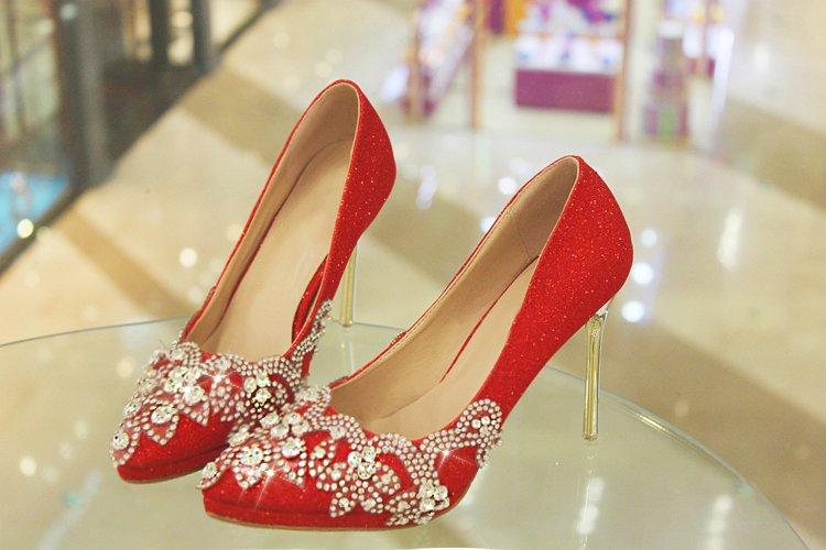 красные туфли на каблуке со стразами для выпускниц