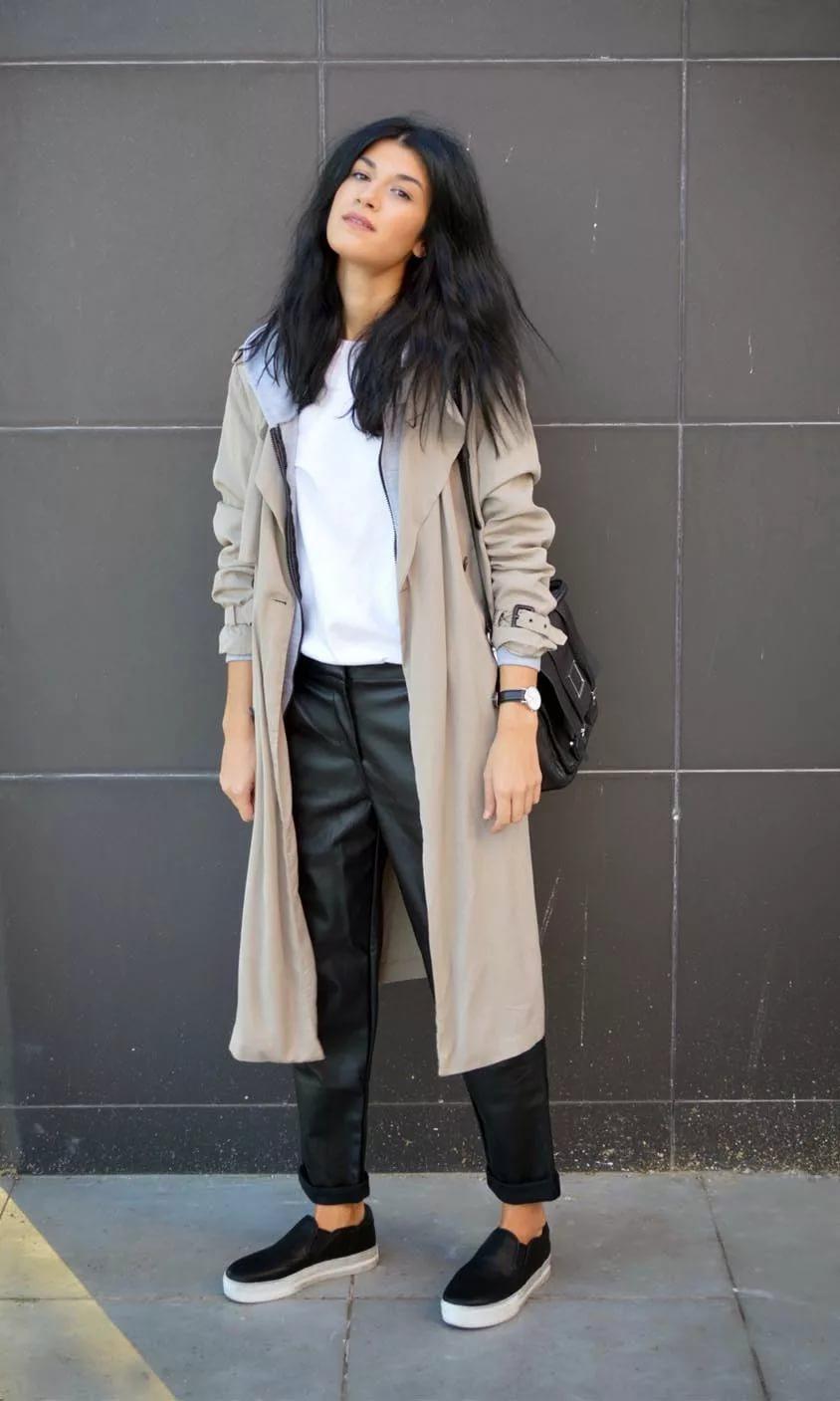 Сочетание слипонов и кожаных брюк: тренд модниц