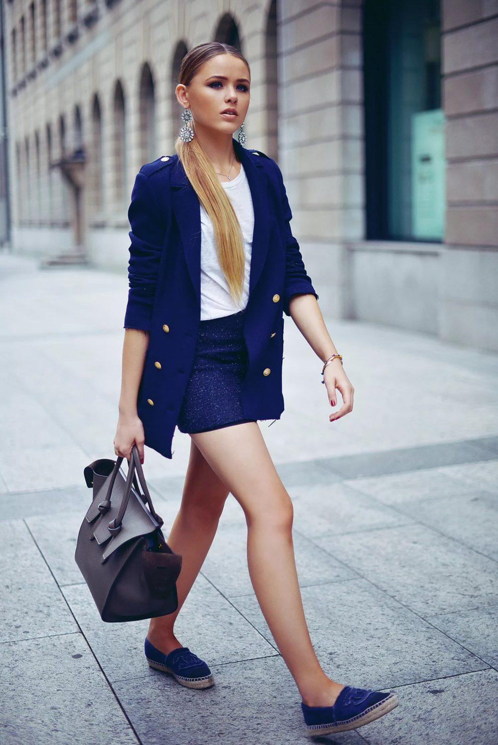 Мини-юбка и слипоны: модный лук